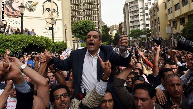 Photo of الحكم بالحبس عام مع الإيقاف لنقيب الصحفيين السابق وعضوى المجلس