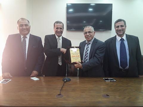 صورة بالصور .. صيدلة الأزهر تكرم نائب رئيس الجامعة للدراسات العليا