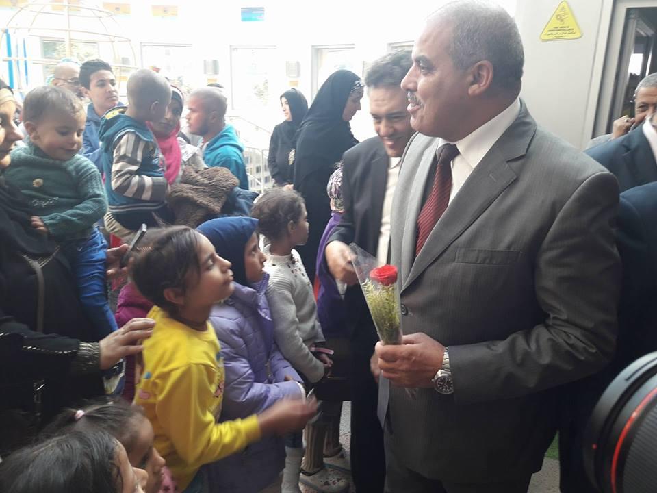 صورة بالصور.. أطفال 57357 تستقبل وفد جامعة الأزهر بالورود
