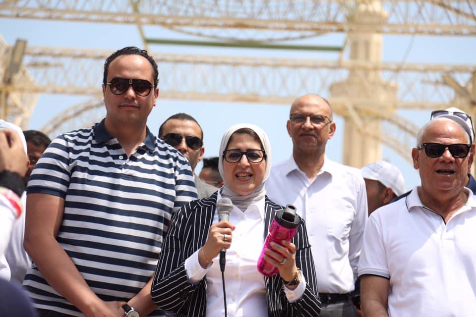 صورة ملتقى اتحاد المستشفيات العربية يمنح وزيرة الصحة جائزة التميز