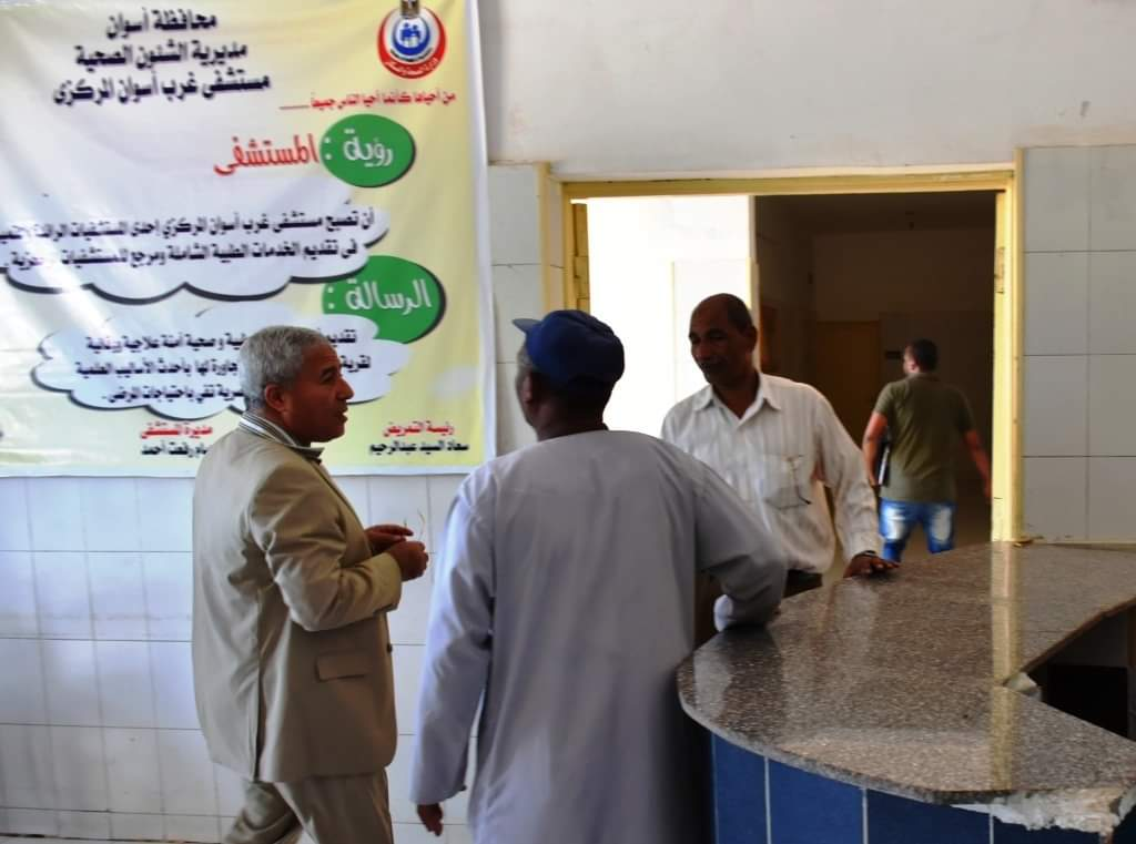 صورة محافظ أسوان يحيل 48 طبيبًا للنيابة الإدارية