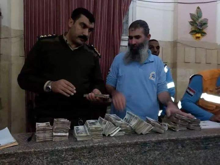 Photo of رجلا اسعاف يُسلمان نصف مليون جنيه عثرا عليهم مع أحد المصابين