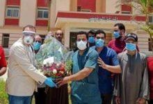 Photo of رئيس مدينة ملوى يقدم بوكيه ورد للأطقم الطبية تقديرا لدورهم فى مواجهة كورونا