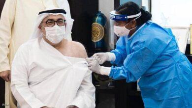 صورة وزير الصحة الإماراتي يتلقي الجرعة الأولى من لقاح كورونا